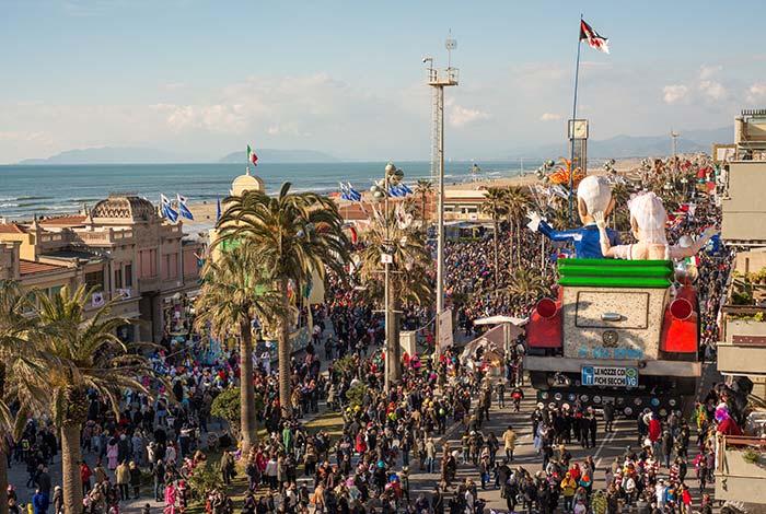 Raggiungete in autobus Firenze e non perdetevi lo spettacolare Carnevale di Viareggio