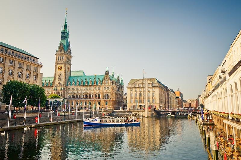 Es gibt zahlreiche günstige Bustickets für eine Fernbusreise nach Hamburg.