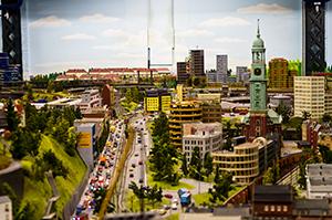 Eine Fahrt im Bus zum Hamburger Miniatur Wunderland eignet sich hervorragend für einen Familienausflug an Pfingsten.