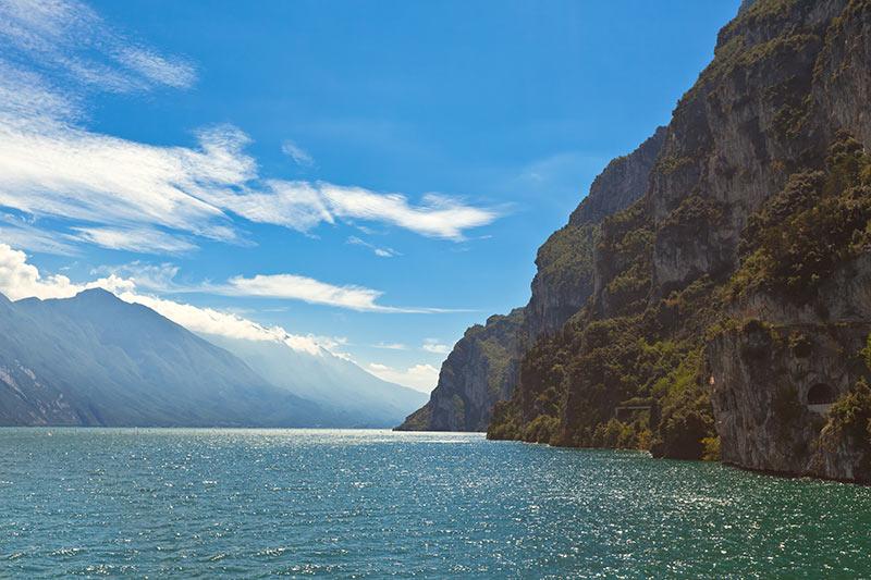 Groß, beliebt und vielseitig ist der Gardasee immer für eine Fahrt im Bus nach Italien gefragt.