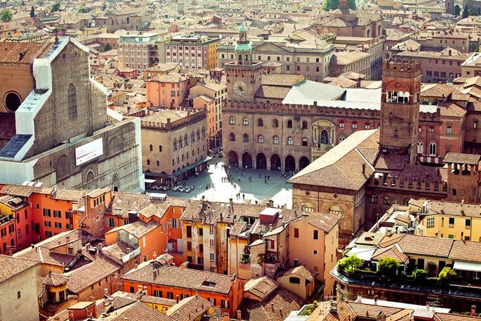 Per un weekend di svago culturale, niente di meglio che un autobus per Bologna