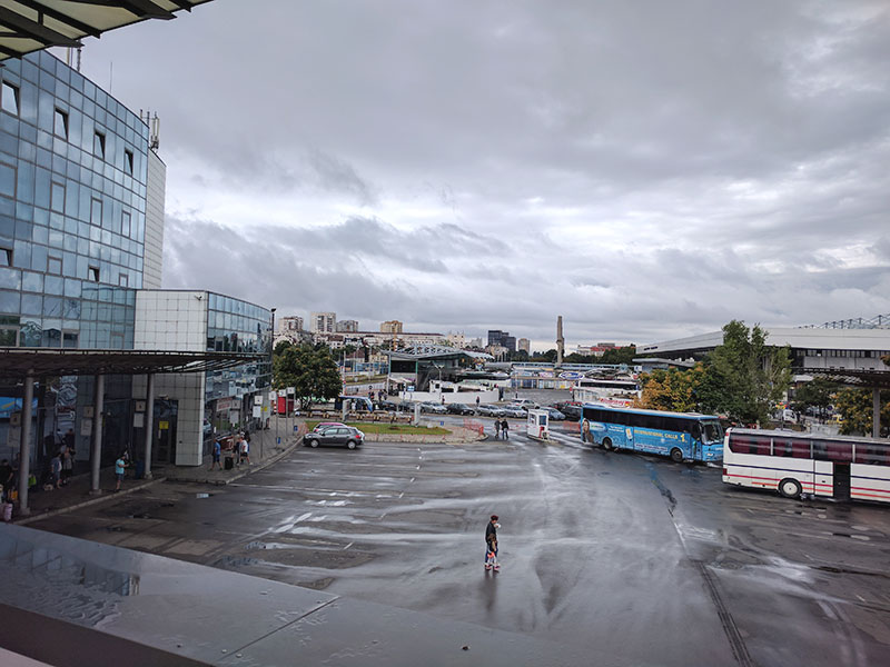 Parcheggi per auto e bus alla stazione centrale degli autobus.