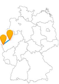 Spüren Sie nach der Fahrt im Fernbus zwischen Aachen und Bochum dem königlichen Leben und dem eines Bergmanns nach.