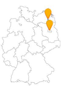 Während der Fahrt mit dem Fernbus von Berlin nach Neubrandenburg sehen Sie das Vier-Tore-Fest und das Schloss Charlottenburg.