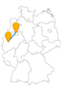 Oldetimer in einer Eisenbahnrangierhalle und ein Tor - die Fahrt mit dem Fernbus zwischen Düsseldorf und Osnabrück könnte interessant werden.