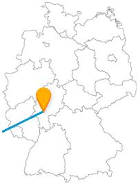 Verbinden Sie mit der Fahrt im Fernreisebus zwischen Frankfurt und Paris zwei lebhafte Metropolen.