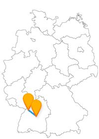Mit dem Fernbus Karlsruhe Stuttgart Flughafen kommen Sie an der Landeshauptstadt und dem Schloss Gottesaue vorbei.