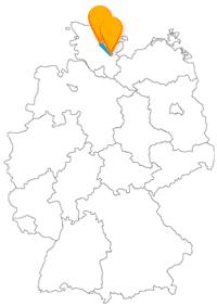 Die Fahrt mit dem Fernbus zwischen Kiel und Lübeck verspricht maritimes Flair.