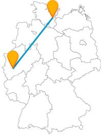 Die Fahrt im Fernbus von Köln nach Lübeck bringt Sie von einem Brunnen direkt ans Meer.